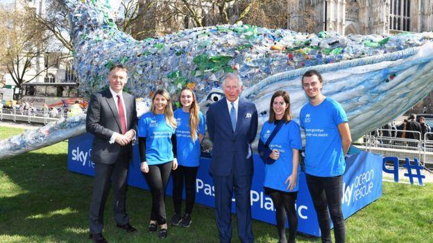 принц Чарльз на фоне кита из пластиковых бутылок