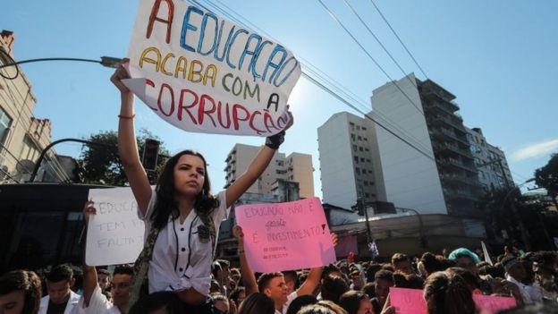 jovem protestando