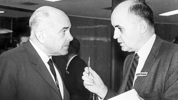 A la izquierda está el médico soviético Valentin Dmitrievich Soloviev (1907-1986). A la derecha está el microbiólogo estadounidense Maurice Ralph Hilleman (1919-2005).