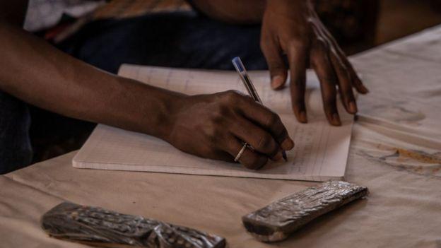 Jovem estudando em casa em Burkina Faso