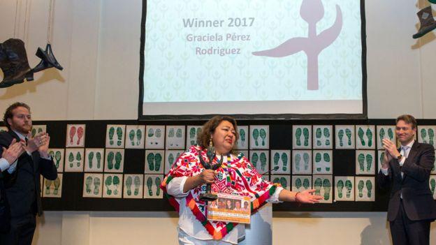Graciela Pérez Rodríguez recibiendo el preio Tulipán del gobierno holandés Foto: gentileza Premio Tulipán