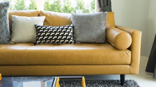 Um sofá de couro sintético