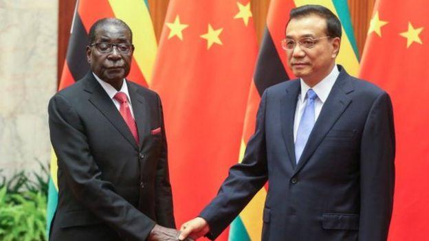 Le président zimbabwéen Robert Mugabe (à gauche) et le Premier ministre chinois Li Keqiang lors de leur rencontre au Grand Palais du Peuple (GHOP) le 26 août 2014 à Pékin, en Chine.