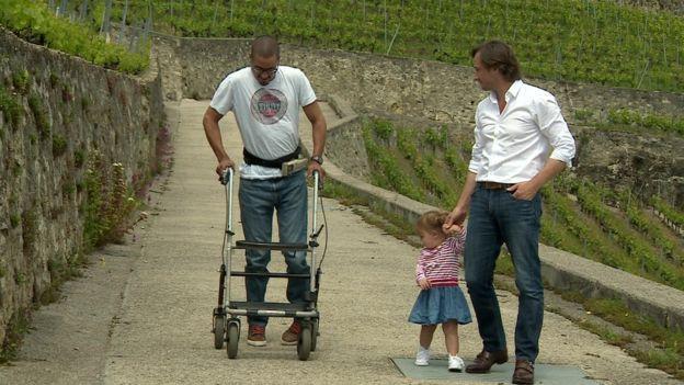 David caminando con el doctor Gregoire Courtine y con su hija, Charlotte