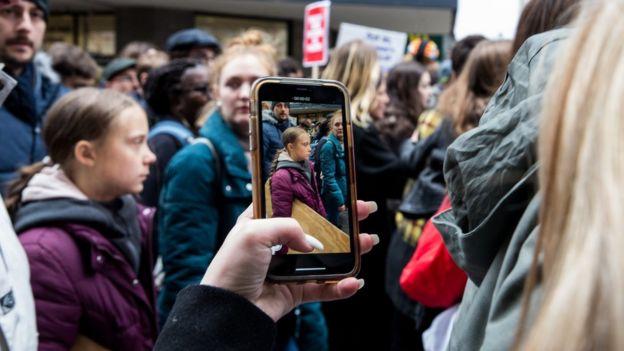 گرتا تونبرگ در تظاهرات معترضان به تغییرات اقلیمی در شهر لوزان سوئیس
