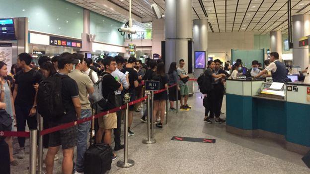 机场快线香港站内十分拥挤,售票处大排长龙