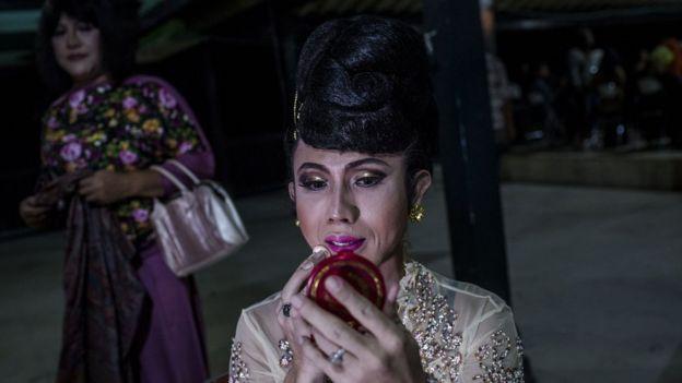 Miembro de una comunidad transgénero de Indonesia.