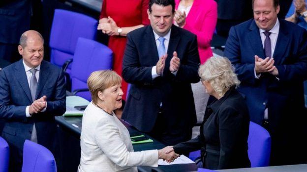 المستشارة الألمانية أنغيلا ميركل ترتجف ثانية في برلين