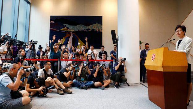 林郑月娥坚持拒绝正式撤回《逃犯条例》修订,也拒绝成立独立委员会调查事件。