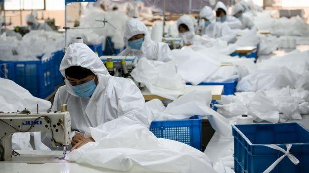 2月28日,浙江温州一家企业停止其往常的冬衣生产,转而复工生产防护服。