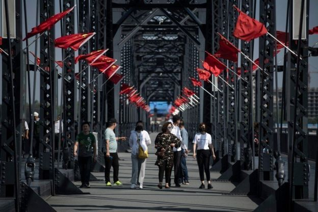 中國是朝鮮最重要的貿易伙伴,也是朝鮮的主要盟友。圖為中國丹東的中朝友誼橋,橋的另一端便是朝鮮新義州。