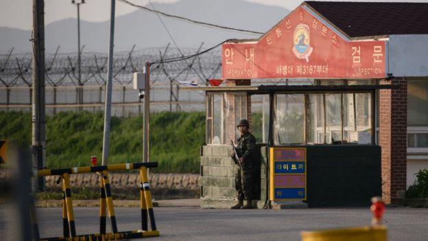 Южнокорейский солдат на КПП в демилитаризованной зоне