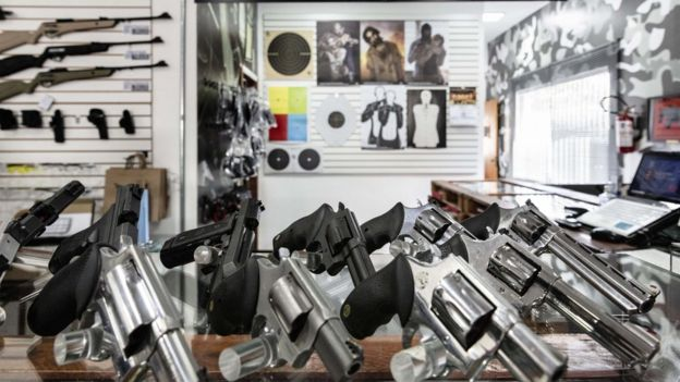 Revólveres sobre uma mesa no clube de tiro 1911, zona norte de São Paulo