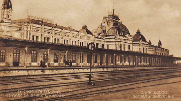 Залізничний вокзал у Жмеринці, який відвідав майор Ледерей. Поштівка 1910-х років.