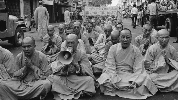 Ngày 31/3/1975: Nhà lãnh đạo Phật giáo quyền lực nhất Nam Việt Nam, Thích Trí Quang (bìa trái) biểu tình đòi Tổng thống Thiệu từ chức. Trí Quang dẫn đầu một cuộc biểu tình của các nhà sư, giáo sĩ và cư sĩ. Thích Trí Quang được cho là đã góp phần cho việc lật đổ cố Tổng thống Ngô Đình Diệm vào tháng 11/1963