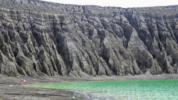 Acantilados en torno al cráter de la isla hondonadas profundas
