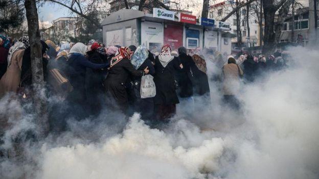 Mulheres fogem de confusão com gás lacrimogênio
