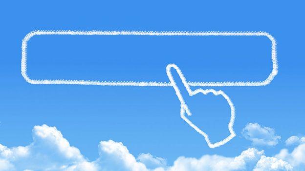 Dedo apuntando a espacio vacío en el cielo