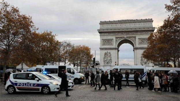 Ammaanka degmada Arc de Triomphe oo si wayn loo xoojiyay