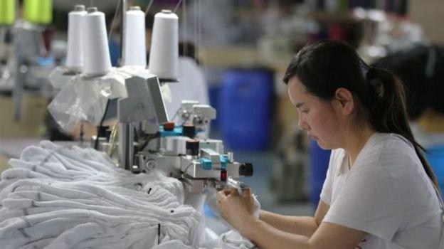 آمریکا تابستان سال گذشته تعرفههای تازهای را بر تقریبا ۲۰۰ میلیارد دلار کالای چینی اعمال کرد. چین نیز متقابلا بر حدود ۱۱۰ میلیارد دلار کالا آمریکایی تعرفه بست.
