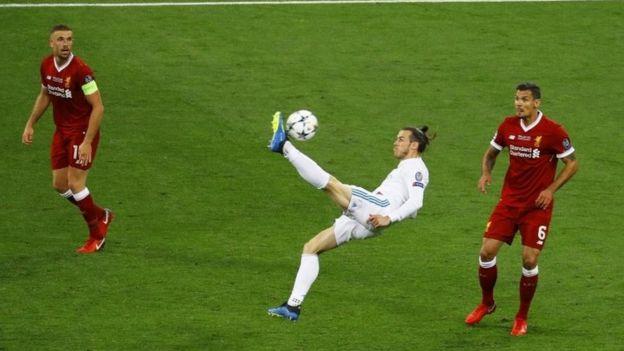 Gareth Bale conectado con la pelota