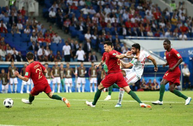 Diego Costa define ante la presencia de la defensa portuguesa.