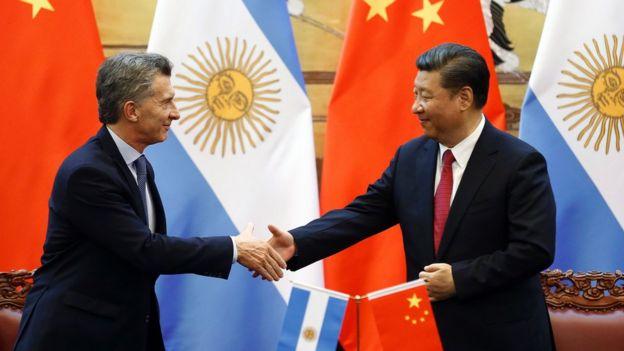 Presidente argentino, Mauricio Macri, saluda a su par chino Xi Jinping.