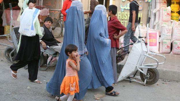 Mulheres de burca em Kabul