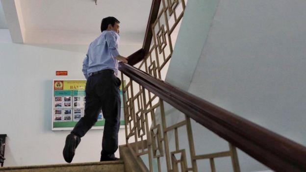 Ông Nguyễn Hữu Linh chạy 4 tầng cầu thang trốn thành phóng viên, báo giới