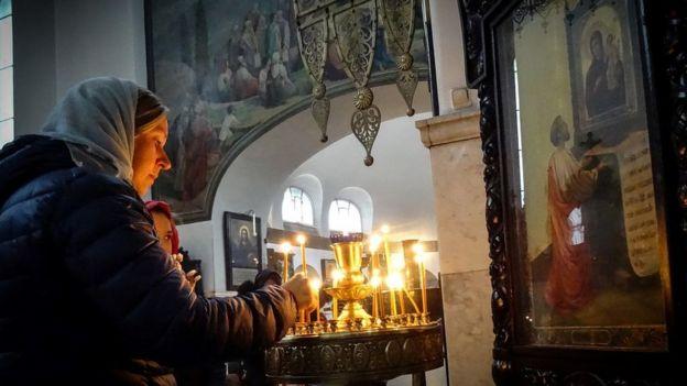Mulher numa igreja ortodoxa