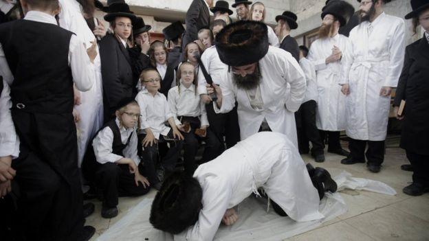 Ортодоксальные евреи практикуют символические наказания в канун праздника Йом-Киппур
