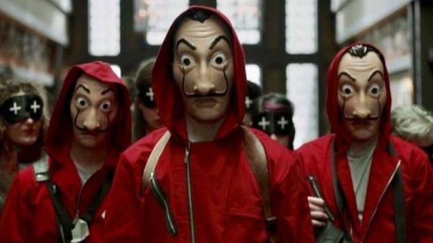 """Foto de los protagonistas de """"Casa de Papel"""" con los trajes característicos de la serie"""