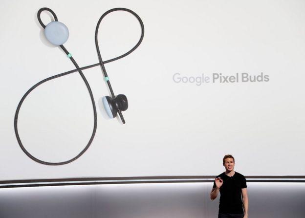 Google Pixel Buds en una pantalla gigante