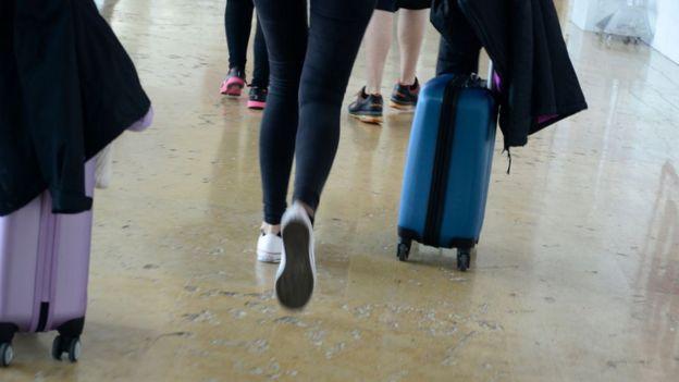 Una mujer con una maleta