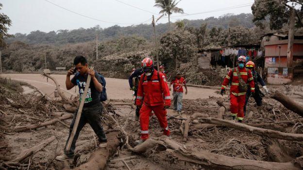 Пожарные совершают поездку по району, пострадавшему от извержения вулкана Фуэго, когда они ищут тела или выживших в сообществе Сан-Мигель Лос-Лотес в Эскуинтле, Гватемала, 4 июня 2018 года