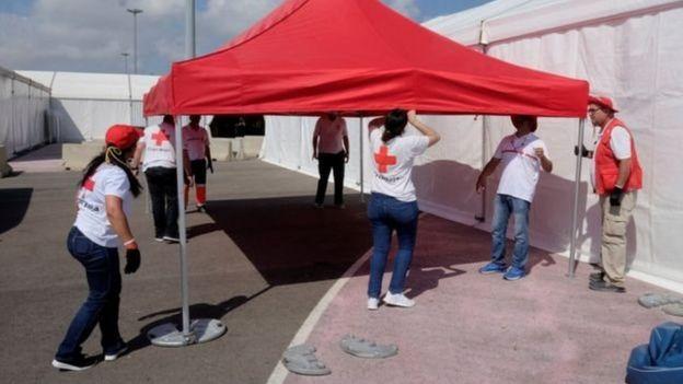 متطوعون يستعدون لاستقبال مهاجري سفينة أكواريوس