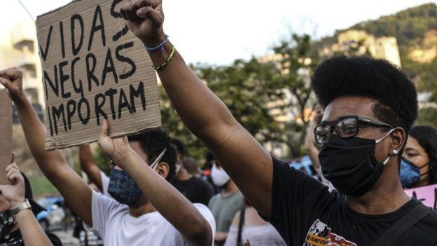 Manifestante com placa de 'Vidas negras importam'