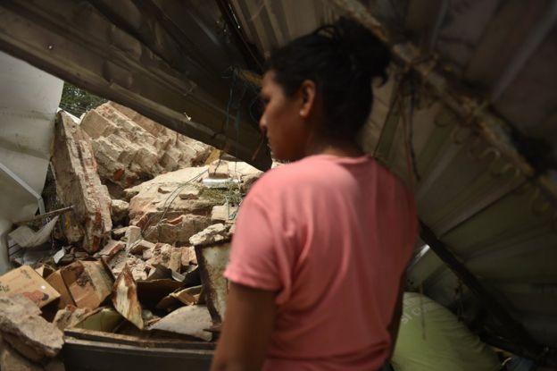 Una mujer observa un edificio colapsado en Juchitán, Oaxaca, México, por el terremoto de magnitud 8,2.