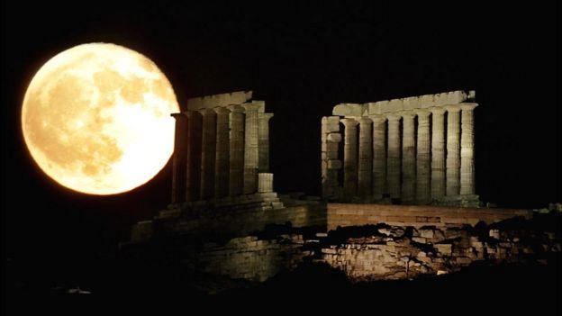 El Partenón con la Luna al fondo.