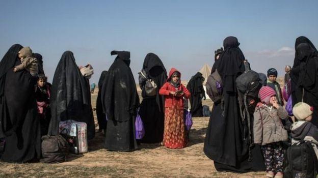 Ribuan warga sipil mengungsi dari pertempuran di desa terakhir yang dikuasai militan ISIS.