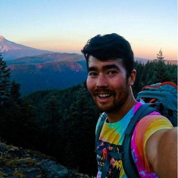 John Chau com uma montanha ao fundo