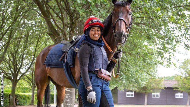 الفارسة خديجة ملاح تصبح أول مسلمة محجبة تشارك في سباق للخيول في بريطانيا