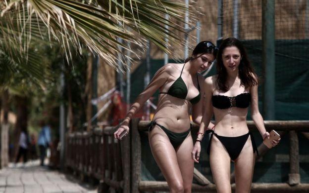 Отдыхающие на пляже в Греции