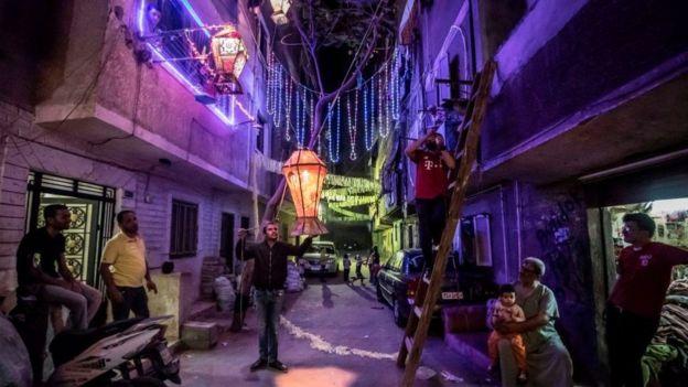 রমজান উপলক্ষে মিশরের রাজধানী কায়রোর বিভিন্ন পাড়ায় মহল্লায় আলোকসজ্জা শুরু হয়েছে, কিন্তু রমজানে কঠোর বিধি-নিষেধ থাকবে সেদেশে