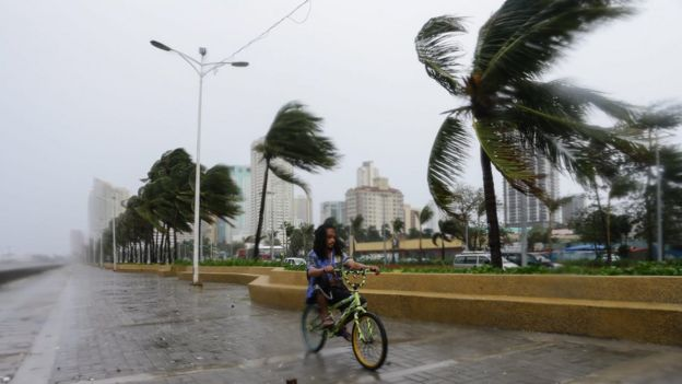 Storm batters Manila Bay. 18 Oct 2015