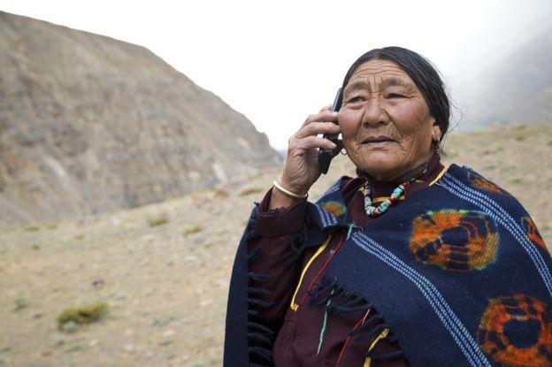 una mujer de los Andes, en América Latina, habla por teléfono.