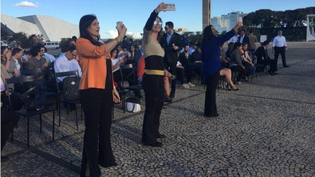 Mulheres fazem selfie durante cerimônia de encerramento do RenovaBR na Praça dos Três Poderes