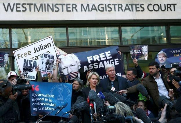 خارج دادگاه جولیان آسانژ