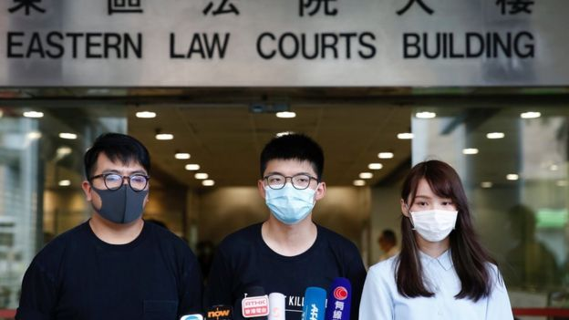 Hoàng Chi Phong (giữa) xuất hiện trước tòa cùng các nhà hoạt động Lâm Lãng Ngạn và Châu Đình
