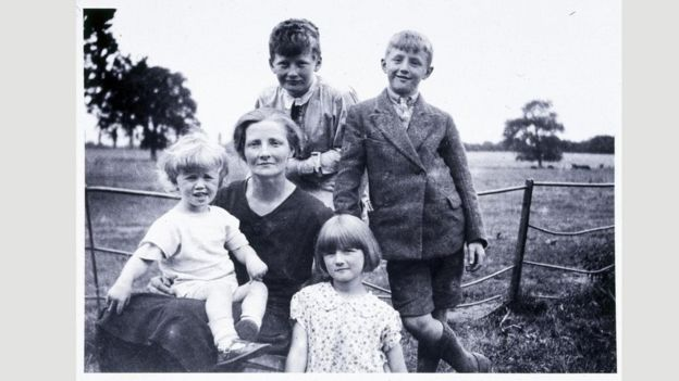 وُلد كلارك، الذي يظهر في أعلى الصورة مع أمه وأخوته، في مقاطعة سومرست في عام 1917